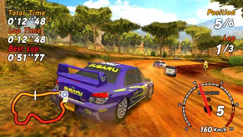 Созданная недавно сформированной гоночной студией SEGA Racing Studio, Sega Rally является чем-то вроде нового начала для серии, сохраняя достаточно элементов управления торговой маркой, но добавляя много полировки следующего поколения, чтобы вызвать интерес молодых геймеров, еще не испытавших классическую аркаду SEGA. Все это сводится к довольно простому гонщику, с очень впечатляющей деформацией трека и поддержкой шести игроков онлайн. С тех пор как появились 32-битные версии, все определенно пошло дальше. Независимо от того, насколько хороша основная игра, Первые впечатления, скорее всего, не будут такими позитивными. Трудно не быть слегка ошарашенным простым, довольно пустым меню и небольшим количеством игровых режимов, которые лежат внутри. Помимо вышеупомянутого шестипользовательского онлайн-мультиплеера, двухпользовательского разделенного экрана и режима быстрой гонки, вы получаете основной режим чемпионата, который предлагает три все более жестких уровня. Каждый из этих уровней является домом для многочисленных раллийных событий, которые состоят из нескольких гонок, с прогрессией, определяемой заработанными очками. Все это приравнивается к довольно существенному и сложному чемпионскому режиму, но это будет не для всех. Довольно рано вы будете воспроизводить курсы, и относительно немногие из них (16 наборов в пяти различных средах) могут быть довольно раздражающими. Конечно, каждый из них требует времени, чтобы освоить, и деформирующие трассы (на грунтовых, песчаных и снежных поверхностях) заставляют каждую гонку чувствовать себя немного уникальной, даже если вы едете по одной и той же трассе снова и снова.